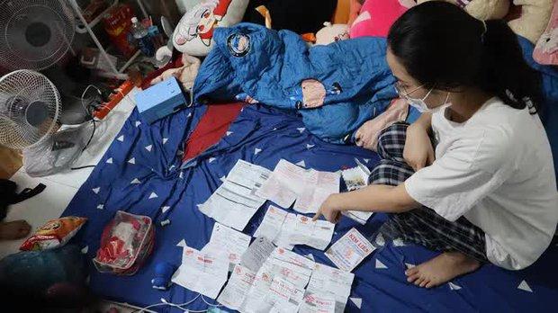 Cận cảnh khám xét nhà trọ của nữ nhân viên trộm 2.380 nhẫn vàng trị giá gần 10 tỷ: Thu giữ hàng trăm giấy tờ cầm đồ - Ảnh 5.