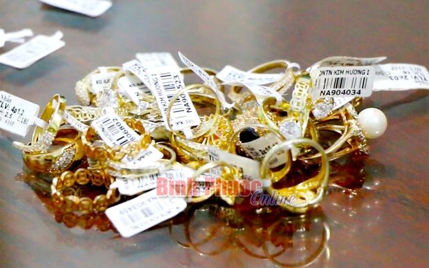 Cận cảnh khám xét nhà trọ của nữ nhân viên trộm 2.380 nhẫn vàng trị giá gần 10 tỷ: Thu giữ hàng trăm giấy tờ cầm đồ - Ảnh 11.