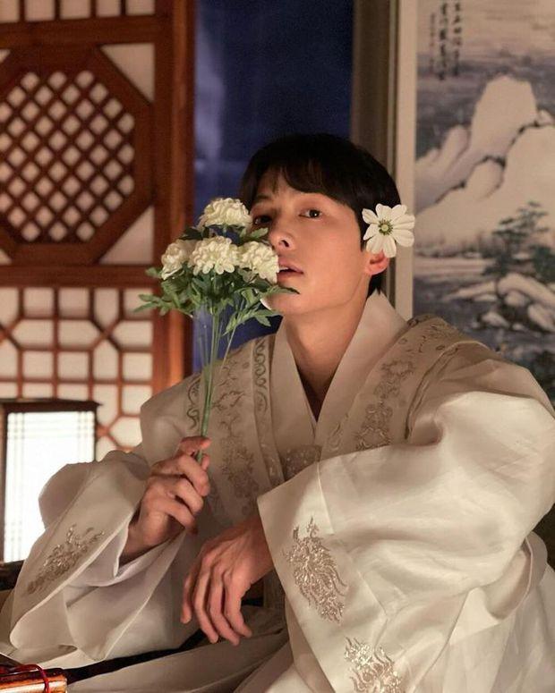 Chào tuổi mới Song Joong Ki với loạt tạo hình phim đẹp đến lịm người: Vincenzo hay anh đại úy mới là chân ái? - Ảnh 4.