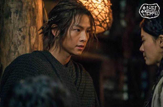 Chào tuổi mới Song Joong Ki với loạt tạo hình phim đẹp đến lịm người: Vincenzo hay anh đại úy mới là chân ái? - Ảnh 8.