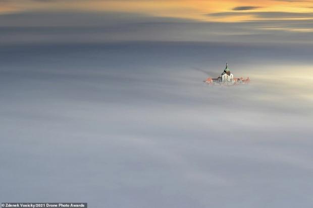 Vẻ đẹp ngoạn mục của những bức ảnh chụp từ máy bay không người lái - Ảnh 4.