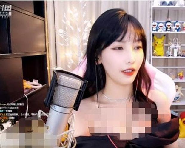 Lộ vòng một ngồn ngộn trên sóng livestream, nữ streamer khiến tất cả ngã ngửa với bí kíp này! - Ảnh 2.