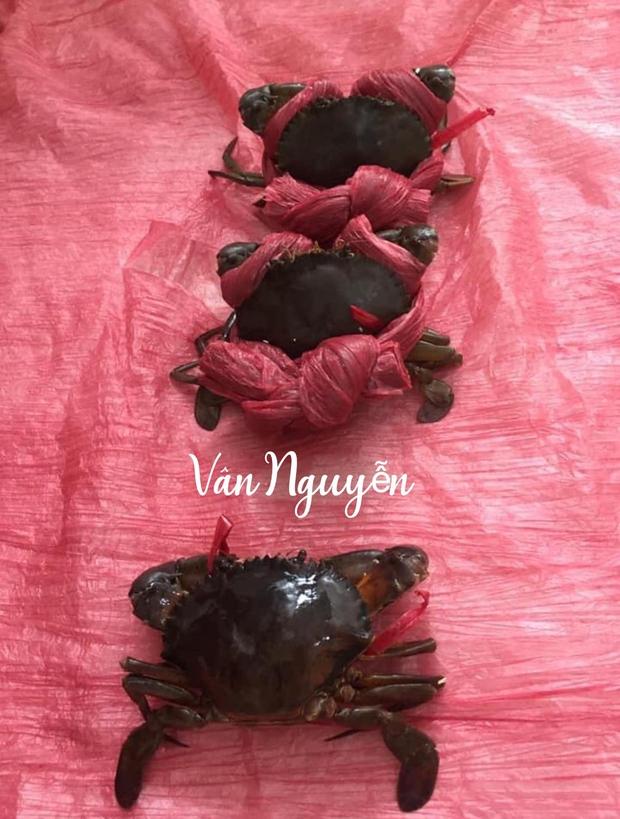 Cô gái mua cua được người bán khuyến mãi một thứ nhìn vào mà phát hãi, đúng là mặt hàng lừa tình nhất Việt Nam - Ảnh 2.
