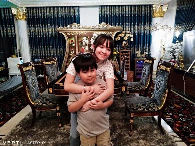 Antifan chê background phòng khách trong biệt thự của CEO Đại Nam trông như… nhà hàng tiệc cưới - Ảnh 5.