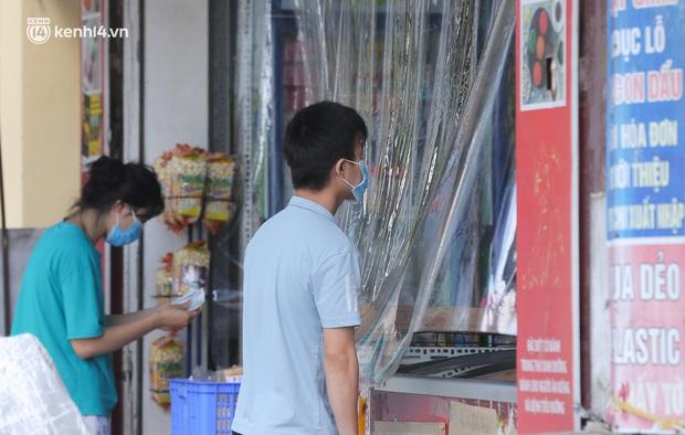 Ảnh: Phong toả 1 ngõ ở Giáp Nhị, tìm người tiêm vắc-xin liên quan ca F0 bán rau củ tại quận Hoàng Mai - Ảnh 7.