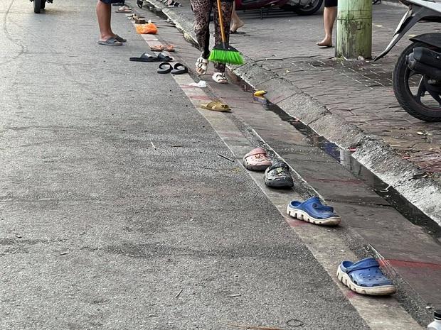 Khoảnh khắc hàng loạt đôi dép bơ vơ cho thấy người Việt cực kỳ sáng tạo, nhất là khi liên quan tới chuyện ăn uống - Ảnh 1.