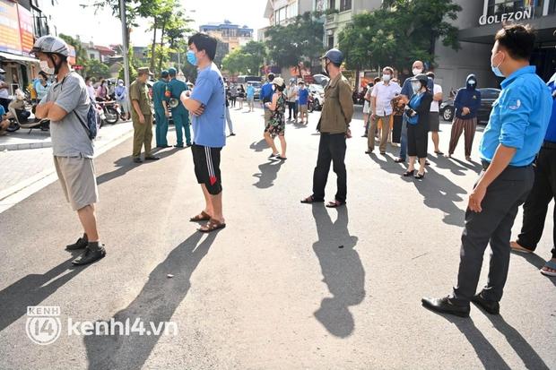 Ảnh: Người dân Hà Nội đội nắng xếp hàng mua bánh trung thu Bảo Phương - Ảnh 3.