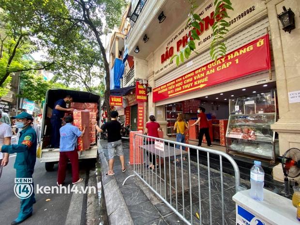 Ảnh: Người dân Hà Nội đội nắng xếp hàng mua bánh trung thu Bảo Phương - Ảnh 1.