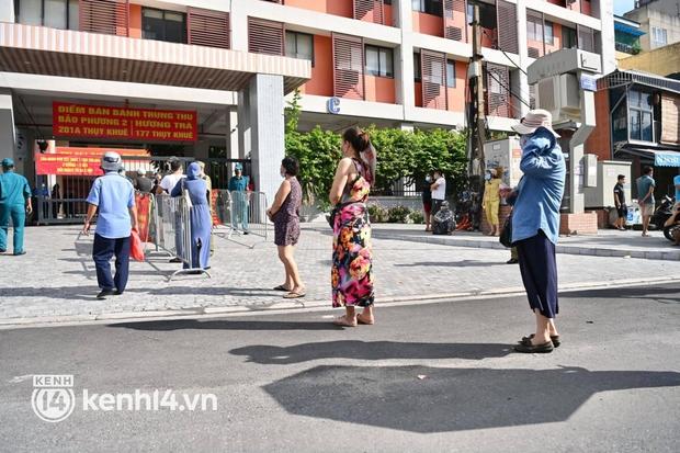 Ảnh: Người dân Hà Nội đội nắng xếp hàng mua bánh trung thu Bảo Phương - Ảnh 4.
