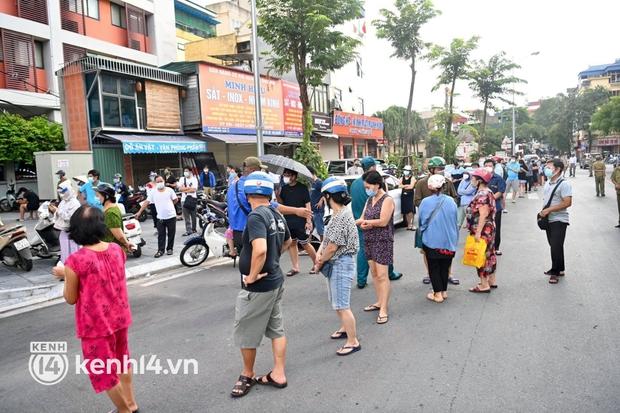 Ảnh: Người dân Hà Nội đội nắng xếp hàng mua bánh trung thu Bảo Phương - Ảnh 15.