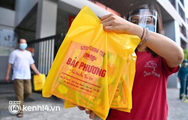 Ảnh: Người dân Hà Nội đội nắng xếp hàng mua bánh trung thu Bảo Phương - Ảnh 14.