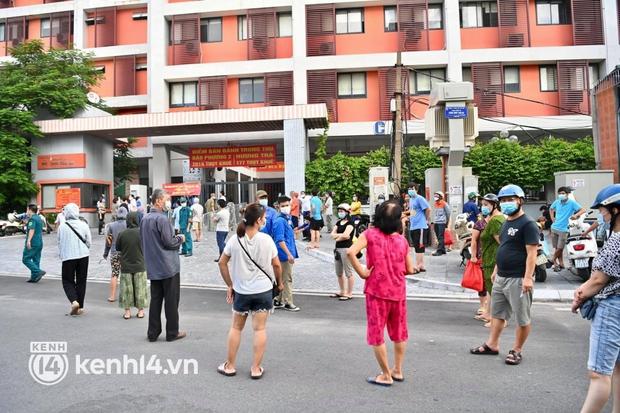 Ảnh: Người dân Hà Nội đội nắng xếp hàng mua bánh trung thu Bảo Phương - Ảnh 2.