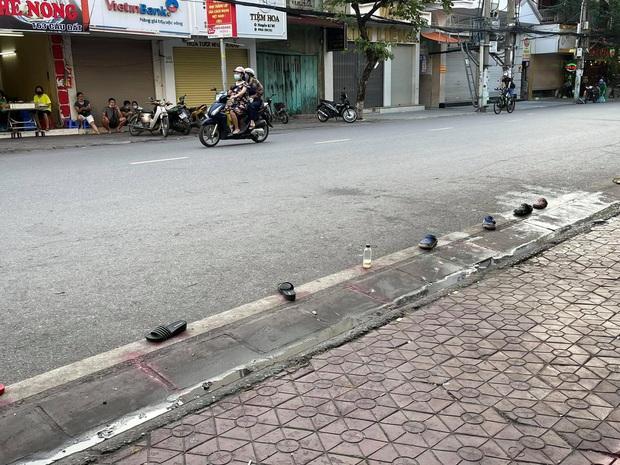 Khoảnh khắc hàng loạt đôi dép bơ vơ cho thấy người Việt cực kỳ sáng tạo, nhất là khi liên quan tới chuyện ăn uống - Ảnh 2.