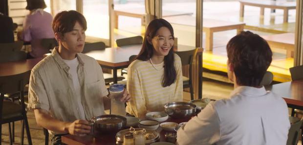 Shin Min Ah rình hôn lén Kim Seon Ho ở tập 8, kết quả thế nào mà khiến fan Hometown Cha-Cha-Cha tiếc ngẩn ngơ - Ảnh 1.