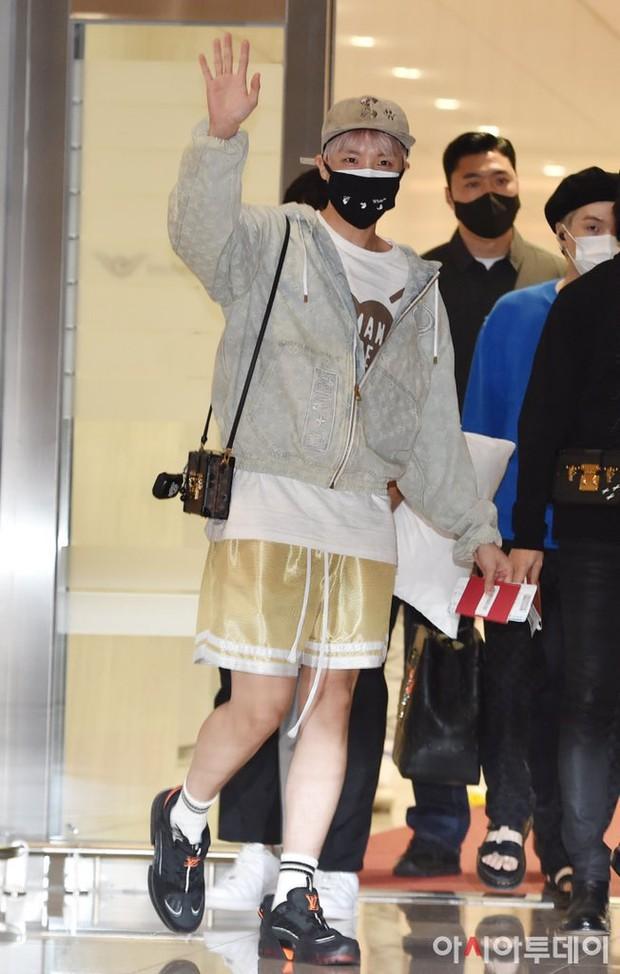 BTS đổ bộ sân bay sang Mỹ dự hội nghị Liên Hợp Quốc: V - Jungkook đeo khẩu trang kín mít vẫn soái xỉu, nhìn quần áo của J-Hope mà bật ngửa - Ảnh 4.