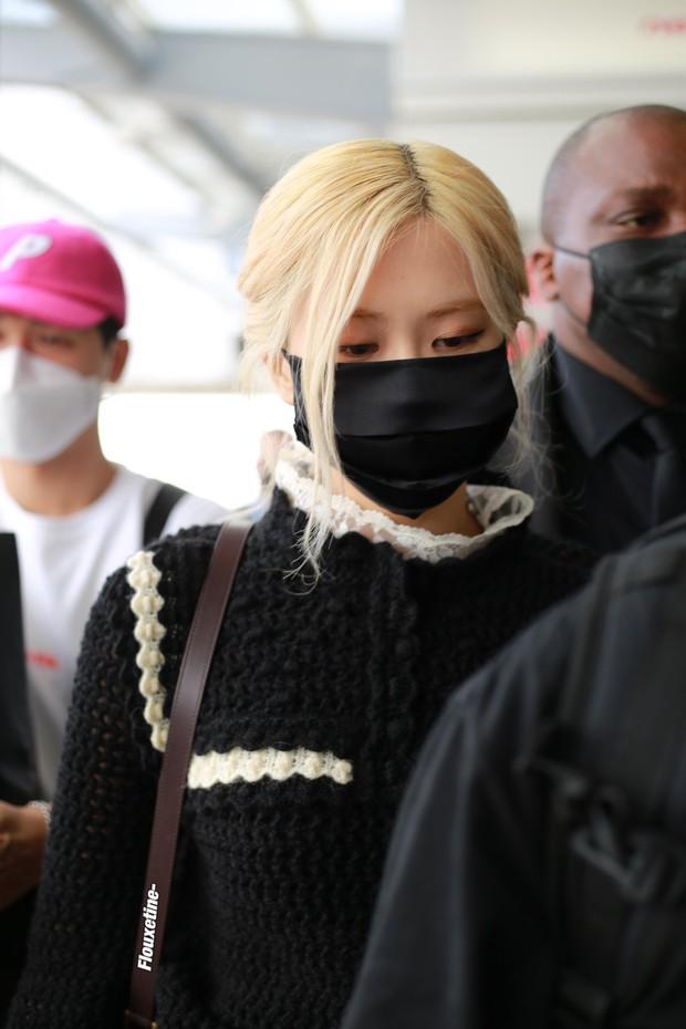 Rosé (BLACKPINK) gây náo loạn sân bay Mỹ về Hàn Quốc: Visual xinh xỉu, eo thon chân siêu dài biến sân bay thành sàn catwalk - Ảnh 5.