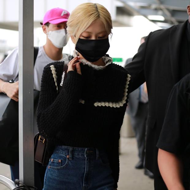 Rosé (BLACKPINK) gây náo loạn sân bay Mỹ về Hàn Quốc: Visual xinh xỉu, eo thon chân siêu dài biến sân bay thành sàn catwalk - Ảnh 2.