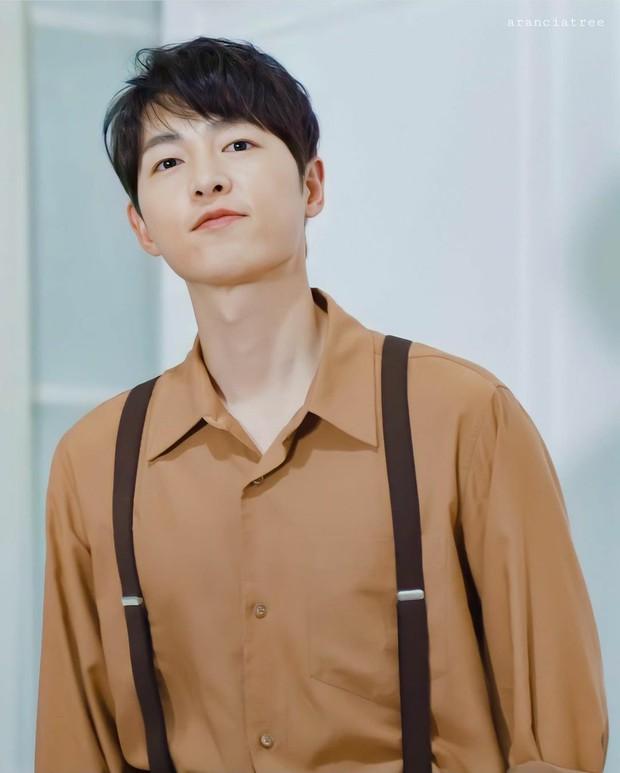 Chào tuổi mới Song Joong Ki với loạt tạo hình phim đẹp đến lịm người: Vincenzo hay anh đại úy mới là chân ái? - Ảnh 1.