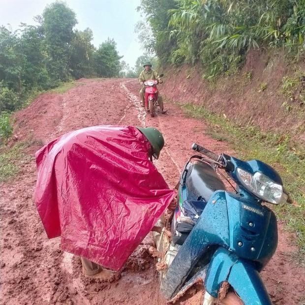 Thầy cô lội bùn lầy, vượt hàng chục km vào bản gọi học sinh đến lớp - Ảnh 2.