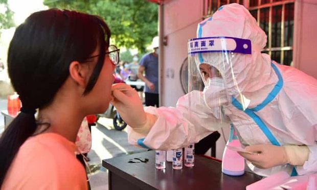 Trung Quốc ghi nhận số ca nhiễm mới trong cộng đồng tăng đột biến - Ảnh 1.