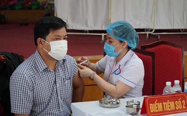 CDC Quảng Bình nói gì về nữ giáo viên tiêm 2 mũi vắc xin Covid-19 cùng lúc, muốn tiêm 4 mũi liên tục? - Ảnh 1.