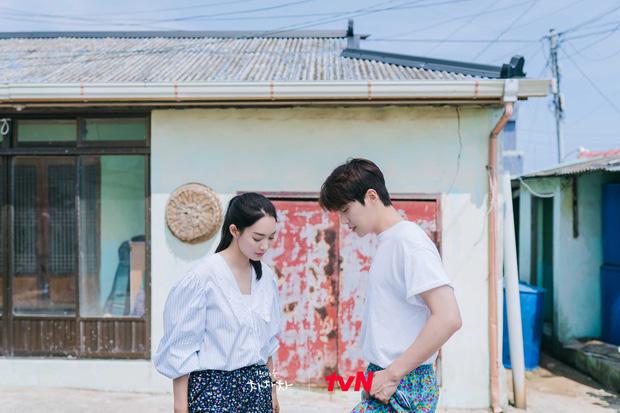 Rating Hometown Cha-Cha-Cha lần đầu sụt giảm, Kim Seon Ho - Shin Min Ah gặp đối thủ xứng tầm rồi! - Ảnh 1.