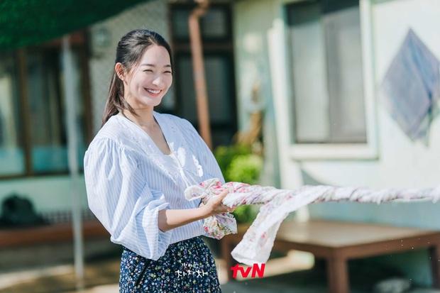 Rating Hometown Cha-Cha-Cha lần đầu sụt giảm, Kim Seon Ho - Shin Min Ah gặp đối thủ xứng tầm rồi! - Ảnh 2.