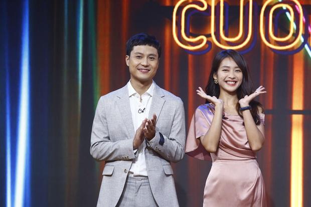 Khả Ngân lau mồ hôi cho Thanh Sơn trên truyền hình, biến MC VTV thành... bóng đèn - Ảnh 1.
