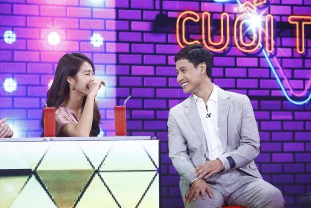 Khả Ngân lau mồ hôi cho Thanh Sơn trên truyền hình, biến MC VTV thành... bóng đèn - Ảnh 3.