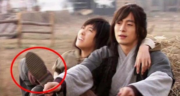 Loạt sạn phục trang trời ơi đất hỡi ở phim Hàn: Cổ trang mà đi giày cao gót hiện đại là toang rồi! - Ảnh 4.