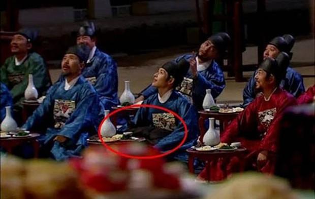 Loạt sạn phục trang trời ơi đất hỡi ở phim Hàn: Cổ trang mà đi giày cao gót hiện đại là toang rồi! - Ảnh 6.