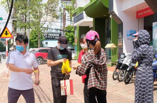 Dân đổ xô mua bánh Trung thu, công an phải phong tỏa tiệm bánh - Ảnh 12.