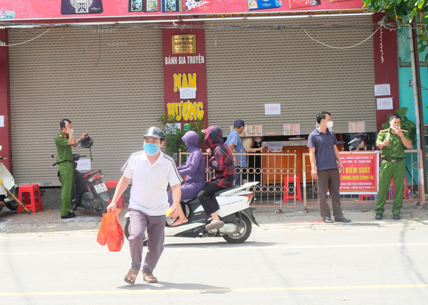 Dân đổ xô mua bánh Trung thu, công an phải phong tỏa tiệm bánh - Ảnh 14.