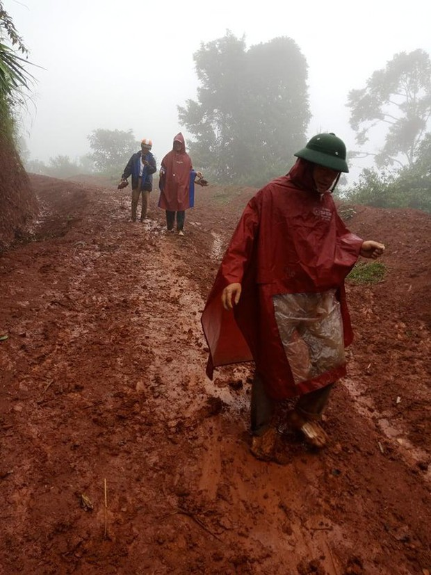 Thầy cô lội bùn lầy, vượt hàng chục km vào bản gọi học sinh đến lớp - Ảnh 3.