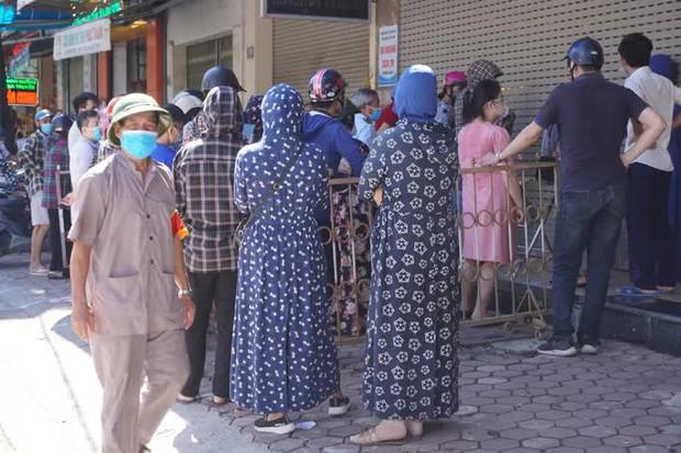 Dân đổ xô mua bánh Trung thu, công an phải phong tỏa tiệm bánh - Ảnh 3.
