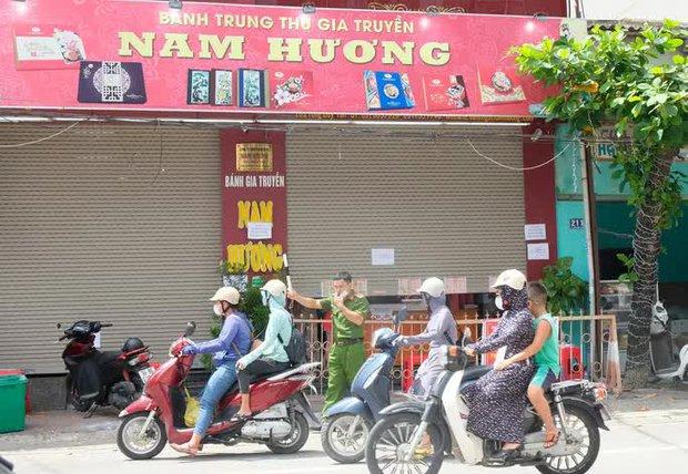 Dân đổ xô mua bánh Trung thu, công an phải phong tỏa tiệm bánh - Ảnh 10.