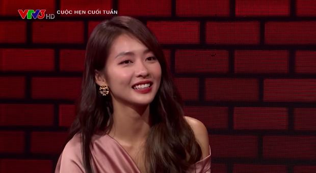 Khả Ngân lau mồ hôi cho Thanh Sơn trên truyền hình, biến MC VTV thành... bóng đèn - Ảnh 2.