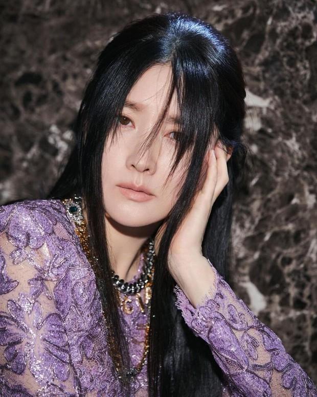 Không nhận ra quốc bảo nhan sắc xứ Hàn Lee Young Ae: Cân cả tóc hime kén mặt, phá cách, hầm hố khác lạ 180 độ vẻ dịu dàng mọi khi - Ảnh 3.