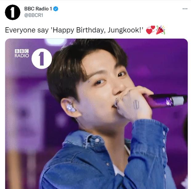 Nam idol Kpop gây choáng với kỷ lục chưa từng có trong lịch sử: 334 tài khoản tích xanh chúc sinh nhật, cả MTV, BBC, Elle đều có mặt - Ảnh 4.