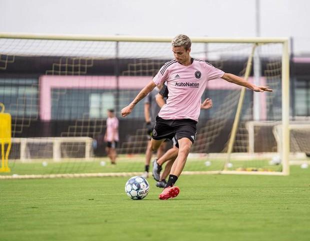 Con trai David Beckham chính thức debut trên sân cỏ, thế giới chúc mừng cựu tuyển thủ Anh cuối cùng cũng có người kế thừa sự nghiệp - Ảnh 3.