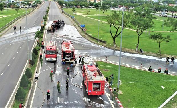 NÓNG: Xe bồn chở 20 tấn gas lật tại cầu vượt Hoà Cầm, nguy cơ cháy nổ rất cao - Ảnh 3.