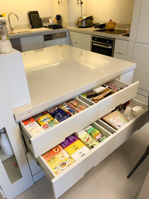 Không chịu được đồ bếp bị trầy xước, nữ giảng viên tự thiết kế căn bếp với hệ thống tủ giấu kín độc đáo - Ảnh 7.