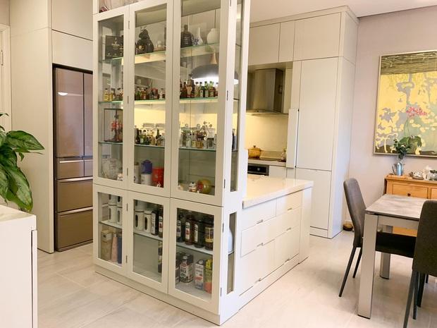 Không chịu được đồ bếp bị trầy xước, nữ giảng viên tự thiết kế căn bếp với hệ thống tủ giấu kín độc đáo - Ảnh 2.
