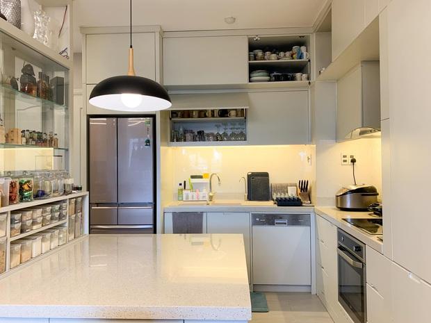 Không chịu được đồ bếp bị trầy xước, nữ giảng viên tự thiết kế căn bếp với hệ thống tủ giấu kín độc đáo - Ảnh 1.