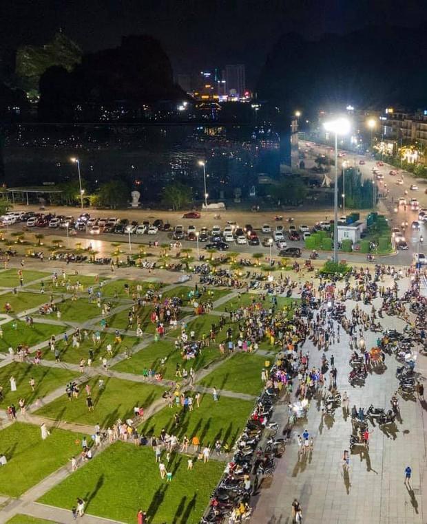 Biển người Quảng Ninh chen chân đổ về quảng trường đón Tết trung thu sớm dịp cuối tuần - Ảnh 1.