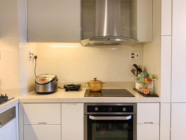 Không chịu được đồ bếp bị trầy xước, nữ giảng viên tự thiết kế căn bếp với hệ thống tủ giấu kín độc đáo - Ảnh 5.