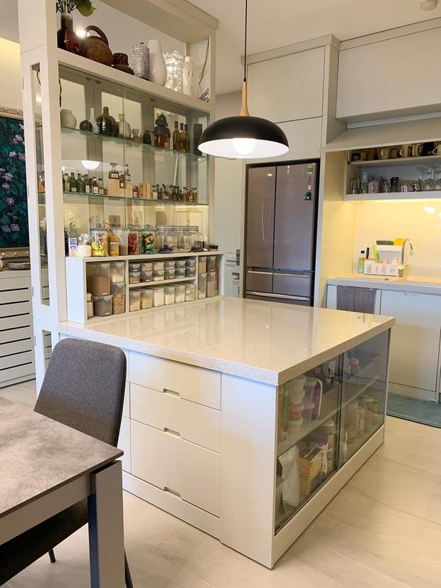 Không chịu được đồ bếp bị trầy xước, nữ giảng viên tự thiết kế căn bếp với hệ thống tủ giấu kín độc đáo - Ảnh 3.