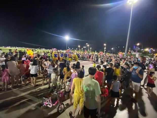 Biển người Quảng Ninh chen chân đổ về quảng trường đón Tết trung thu sớm dịp cuối tuần - Ảnh 4.