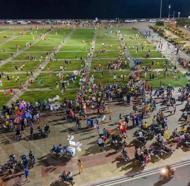 Biển người Quảng Ninh chen chân đổ về quảng trường đón Tết trung thu sớm dịp cuối tuần - Ảnh 2.