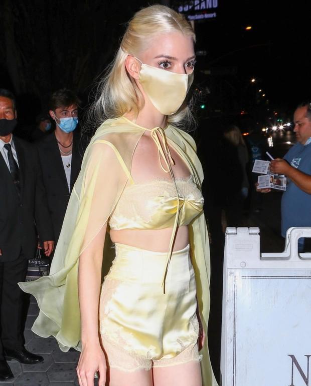 Sau Kristen Stewart, đến Anya Taylor-Joy cũng hóa nàng thơ bên set đồ ngủ lụa óng ả - Ảnh 3.